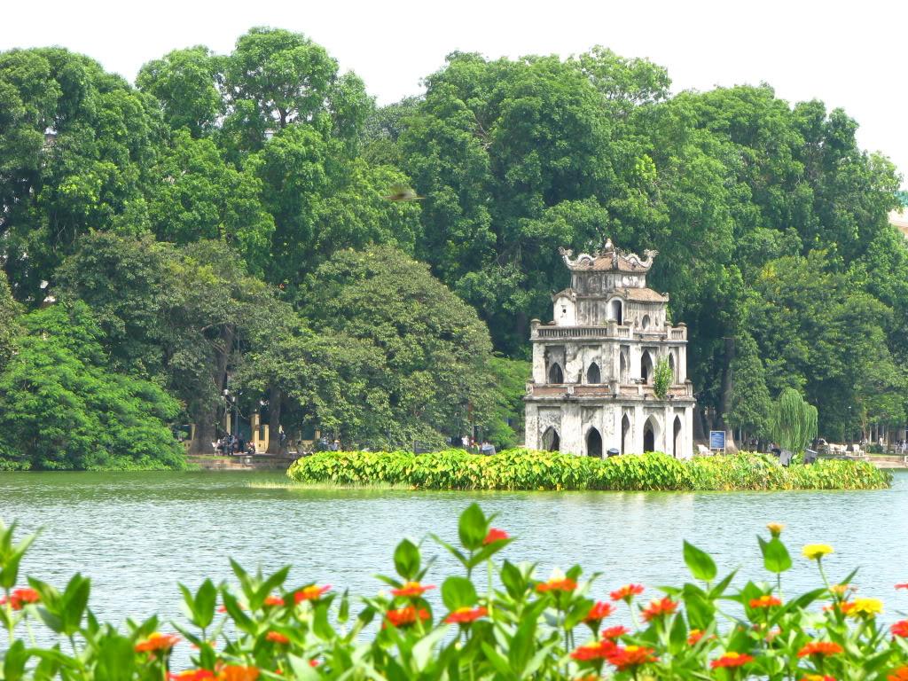 Đẹp như một lẵng hoa giữa lòng thành phố, hồ Hoàn Kiếm được bao quanh bởi các đường phố Đinh Tiên Hoàng, Lê Thái Tổ, Hàng Khay.